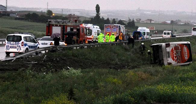 Otobüs tarlaya uçtu: 1'i ağır 21 yaralı