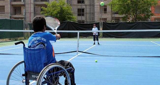 Konya'da engelliler tenisle aşılıyor