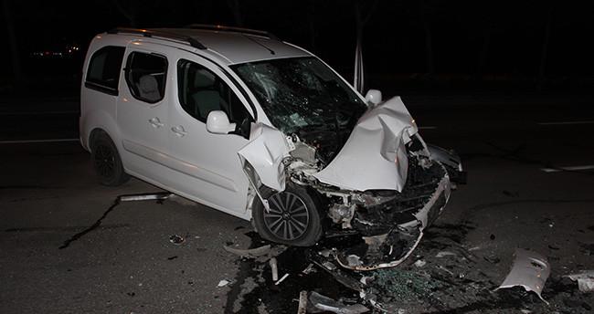 Konya'da hafif ticari araç yolcu otobüsüne çarptı: 1 yaralı