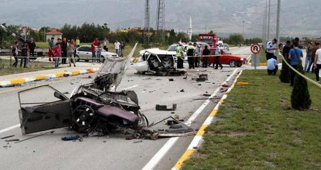Ambulans ile otomobil çarpıştı: 3 ölü, 8 yaralı