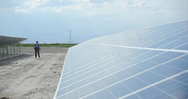 """Konya'da bir çiftçi """"Güneş""""le 400 dekar araziyi suluyor"""
