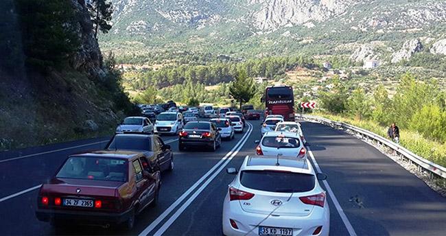 Tatilden dönüş çilesi! Konya-Antalya yolunda uzun kuyruklar oluştu!