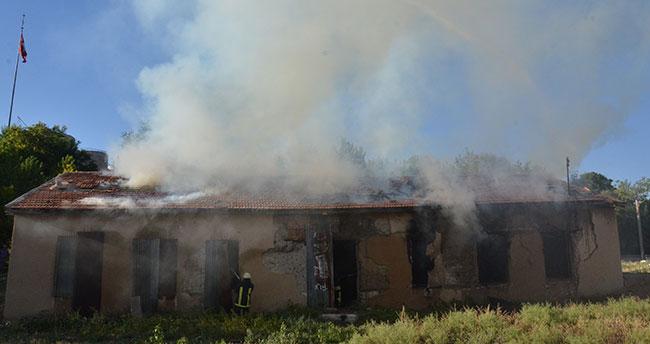 Karaman'da tarihi ev kül oldu