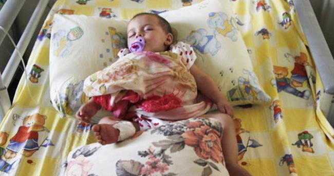Esma bebek Anne hasretini tülbentiyle gideriyor