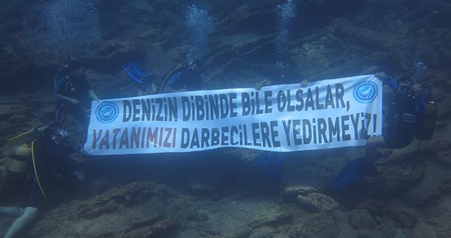 Konyalı dalgıçlardan su altında FETÖ'ye tepki