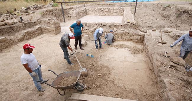 Konya'da yonca tarlasında çıkan bin 400 yıllık mozaik koruma altına alındı