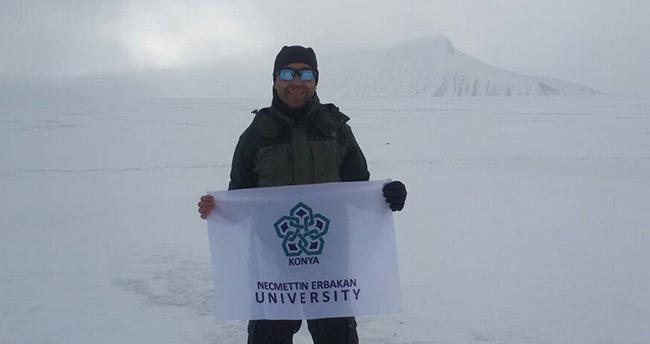 NEÜ bayrağı Norveç buzullarında