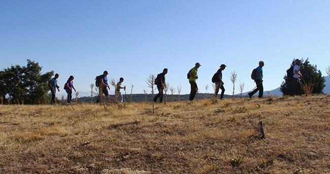 Beyşehirli doğaseverler Karayaka zirvesine tırmandı