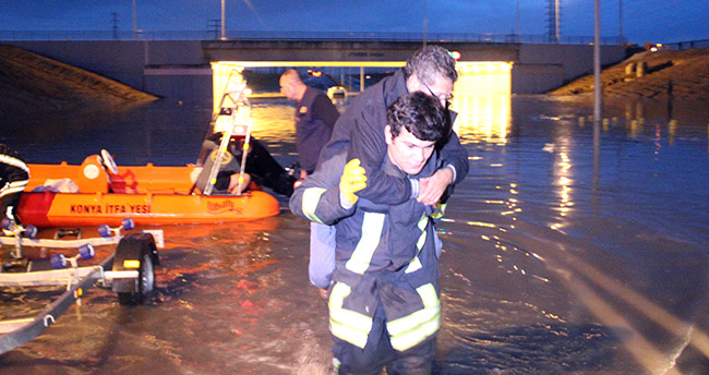Konya'da suyla dolan alt geçitte minibüs sürücüsü mahsur kaldı