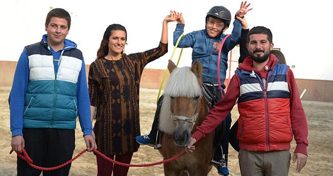 Küçük Talha engelleri 'atlı' terapiyle aşıyor
