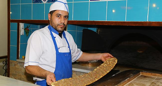 """Konyalı esnaftan dolarını bozdurana """"etli ekmek"""" hediye"""