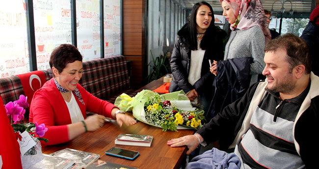 Yazar Ayşe Ünüvar kitaplarını imzaladı