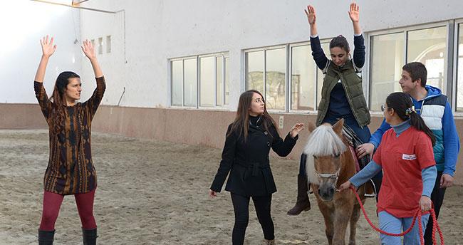 Selçuk'ta Atlı Terapi Binicilik Antrenörleri Yetiştiriliyor