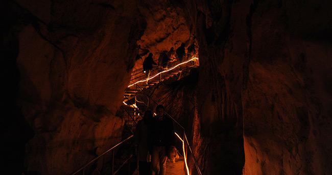 Karda bu mağaraya girenler terliyor