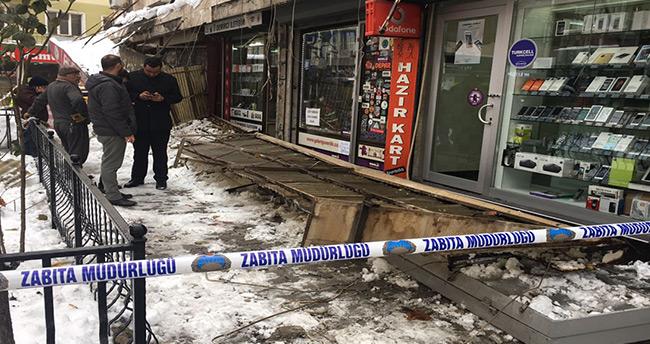 Konya'da kar nedeniyle iş yerlerinin gölgelik saçakları çöktü