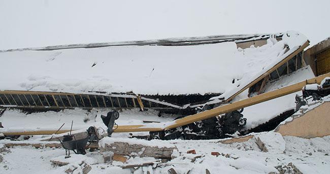 Konya'da kar, fabrika çatılarını çökertti
