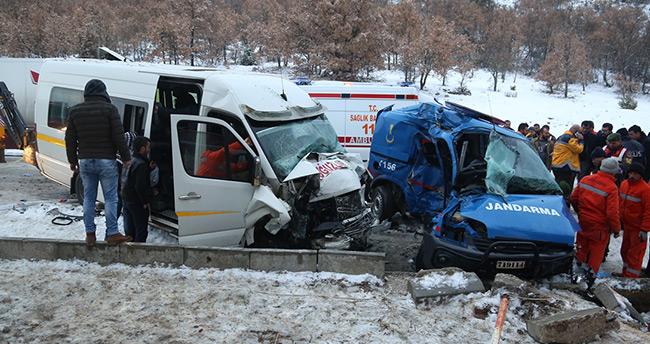 Çorum'da askeri araçla minibüs çarpıştı: 1 şehit, 10 yaralı