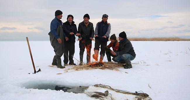 """Beyşehir Gölü'nde """"Eskimo usulü"""" balık avı"""