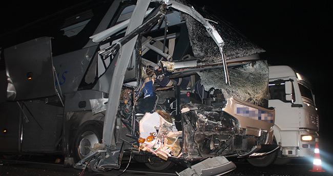 Konya'da otobüsle TIR çarpıştı: 1 ölü 15 yaralı