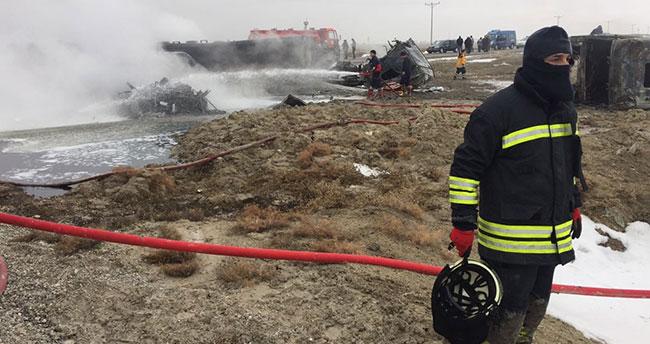 Konya'da tır ile mazot yüklü tanker çarpıştı