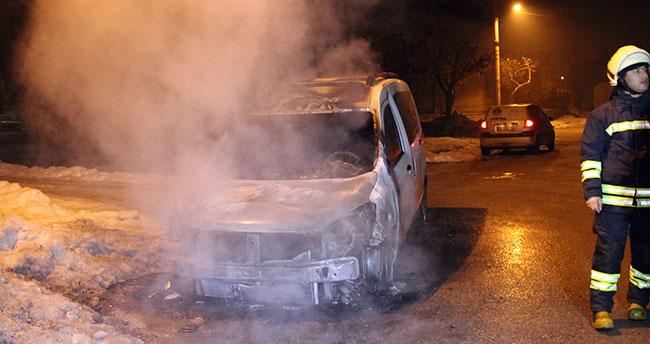 Konya'da park halindeki iki araç kundaklandı