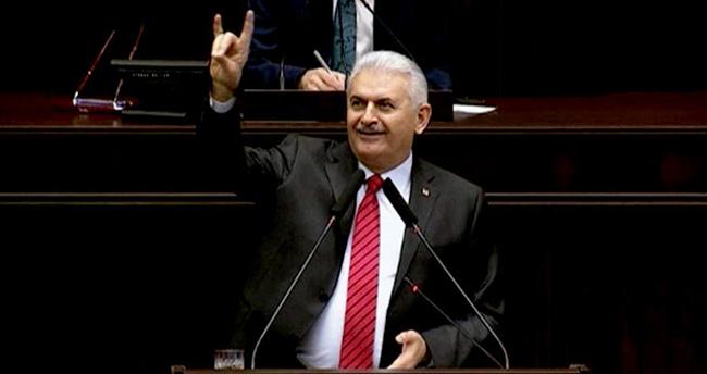 Başbakan Binali Yıldırım bozkurt işareti yaptı