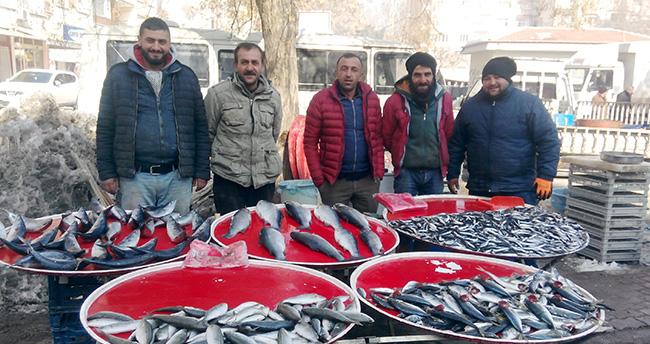Semt pazarındaki balıkçı esnafı umutlu