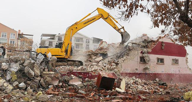 Karaman'da Kent Meydanı projesi kapsamında 19 Mayıs Okulu yıkıldı