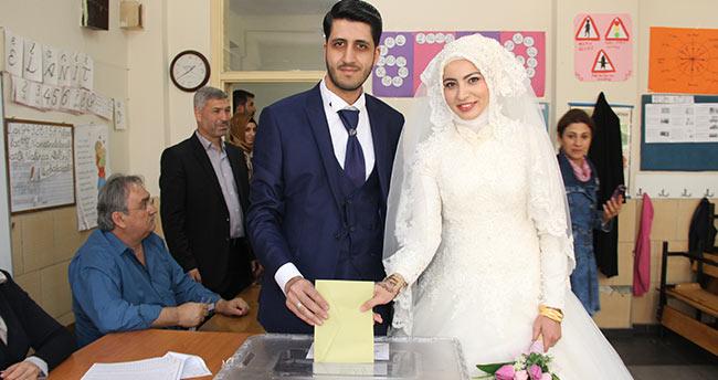 Konya'da gelinliğiyle oy kullanmaya geldi
