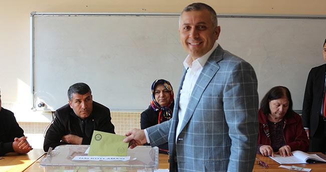 AK Parti Konya İl Başkanı Arat, oyunu kullandı