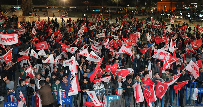 Konya'da Halk oylaması sonuçları kutlanıyor