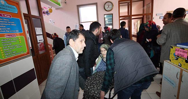 Konya'da yatalak hastalar ambulanslar yardımıyla oylarını kullandı
