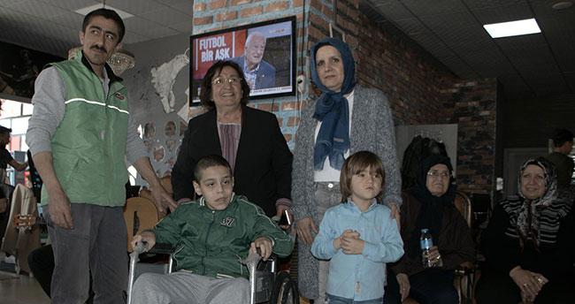 Bir çocuğa daha tekerlekli sandalye