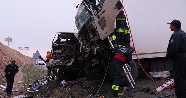 Konya'da feci kaza – Kamyonlar kafa kafaya çarpıştı: 1 ölü, 1 yaralı