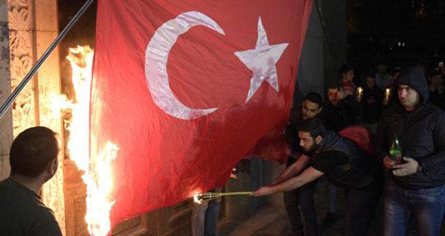Erivan'da alçak görüntü! Türk bayrağını yaktılar