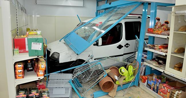 Ankara'da kamyonet markete girdi: 1 yaralı