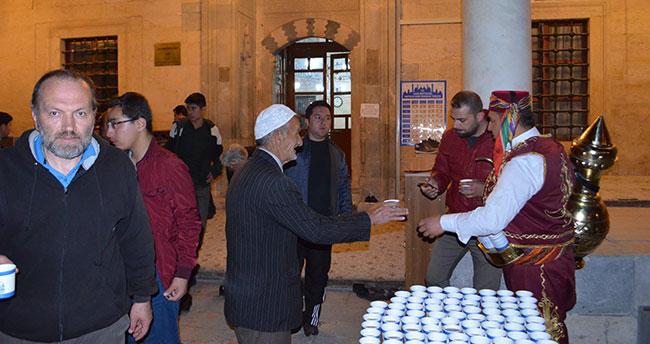 Konya'da Teravih namazı çıkışı cemaate Osmanlı şerbeti ikramı