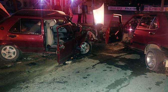 Konya'da otomobiller kafa kafaya çarpıştı: 2 ölü, 2 yaralı