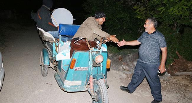 Motorize davulcu baba oğul sahurda istekleri de çalıyor
