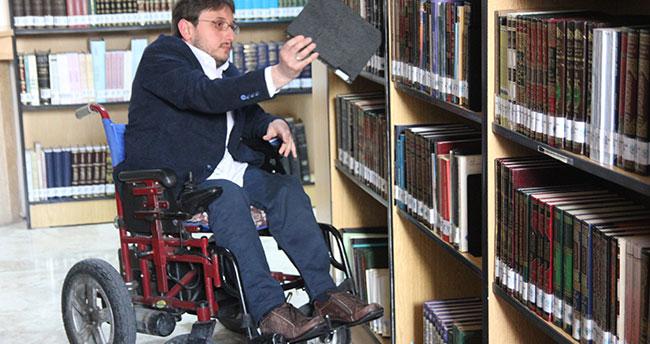 Engelli genç okuma azmiyle örnek oluyor