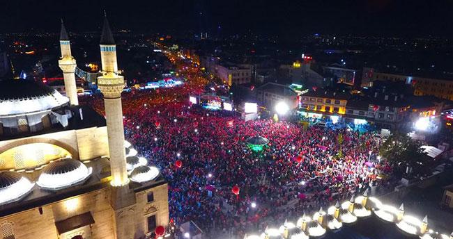 Konya'da 15 Temmuz'un yıldönümünde binlerce kişi Mevlana Meydanı'na akın etti