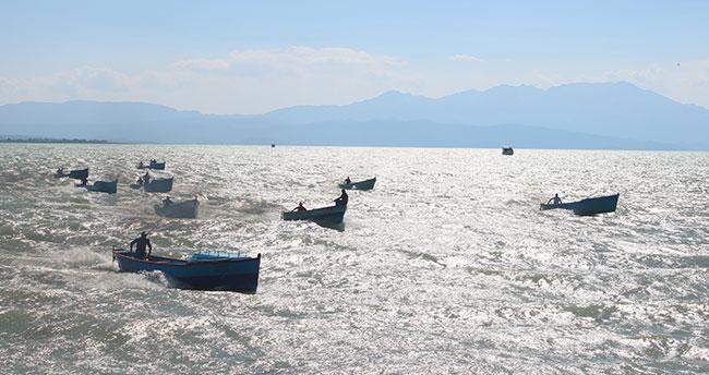 """Beyşehir'de balıkçı tekneleri """"demokrasi"""" için yarıştı"""