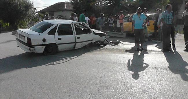 Konya'da kontrolden çıkan otomobil bariyerlere çarptı: 2 yaralı