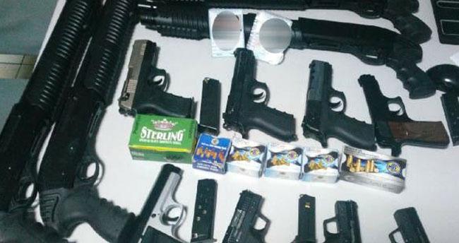 Konya'da 12 adet ruhsatsız silahla yakalanan 2 şüpheli tutuklandı