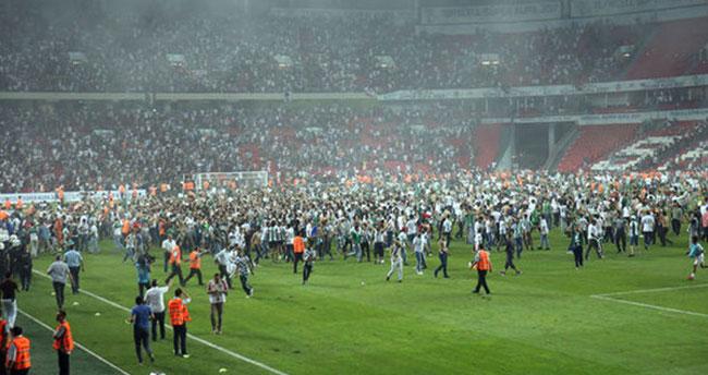 Beşiktaş-Konyaspor maçında sahaya bıçak atan şüpheli serbest bırakıldı