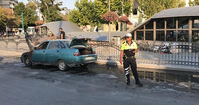 Konya'da ışıkta bekleyen otomobil yandı