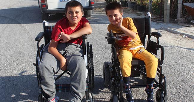 Engelli kardeşlere tekerlekli sandalye yardımı