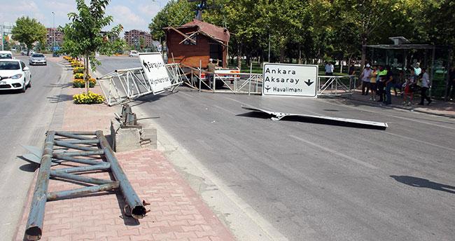 Konya'da kulübe yüklü vincin devirdiği tabela direği faciaya yol açıyordu