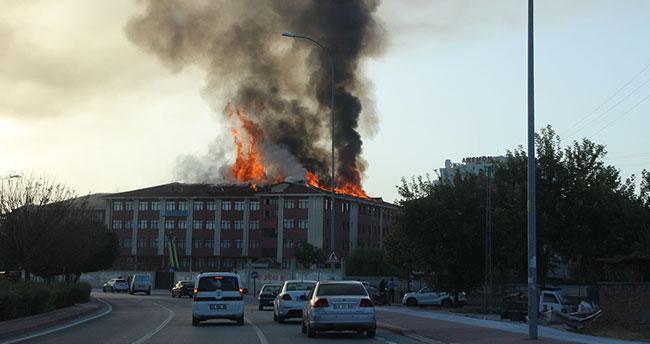 Konya'da lise ve kız öğrenci yurdunda yangın!