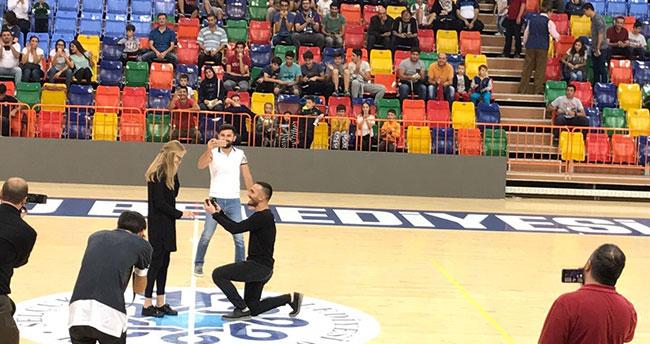 Konya'daki basketbol karşılaşmasında sürpriz evlenme teklifi